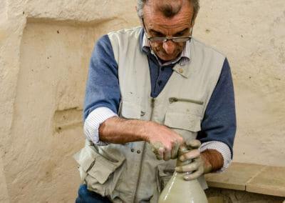 Artigiano di Matera al lavoro