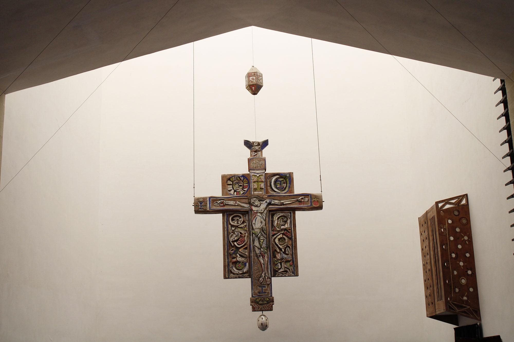 Crocifisso ligneo di Giorgio Quaroni nella chiesa di La Martella