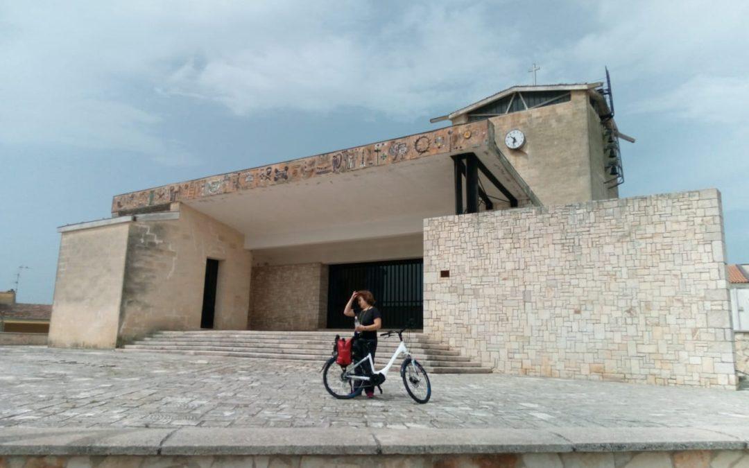 La nostra Dora in bici davanti alla chiesa di La Martella
